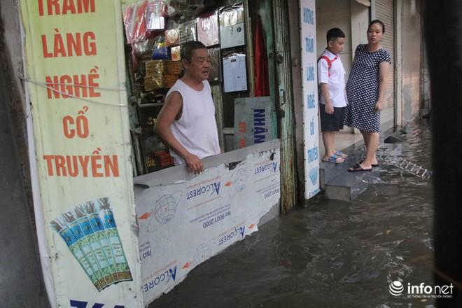 Hà Nội mưa như trút nước, nhiều tuyến phố ngập thành sông - Ảnh 8.