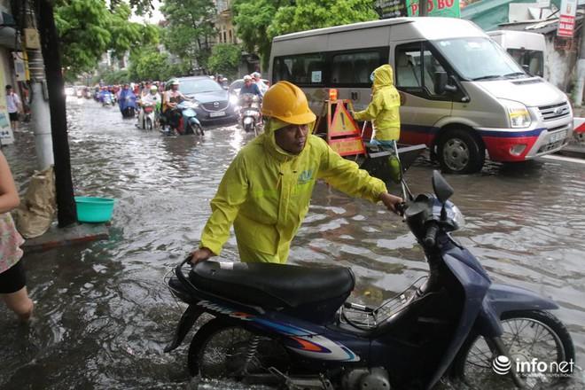 Hà Nội mưa như trút nước, nhiều tuyến phố ngập thành sông - Ảnh 9.
