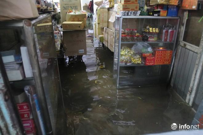 Hà Nội mưa như trút nước, nhiều tuyến phố ngập thành sông - Ảnh 10.