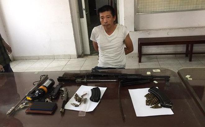 Người đàn ông cùng khẩu súng chứa đạn trên phố Sài Gòn