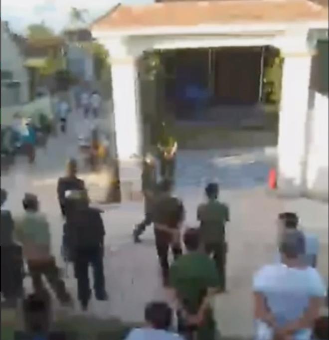 Nam thanh niên ôm bình gas cố thủ, xả gas ra đe dọa công an - Ảnh 1.