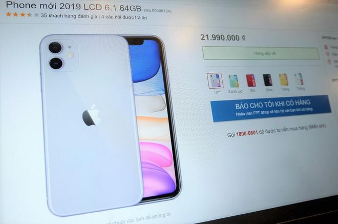 Giá iPhone 11 chính hãng dễ thở, hàng xách tay nhiễu loạn - Ảnh 1.