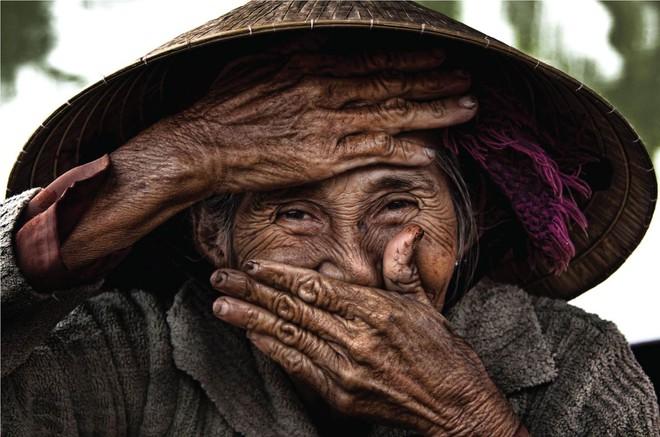 Khoảnh khắc lấy tay che miệng cười và hành trình trở thành cụ bà Việt đẹp nhất thế giới - ảnh 1