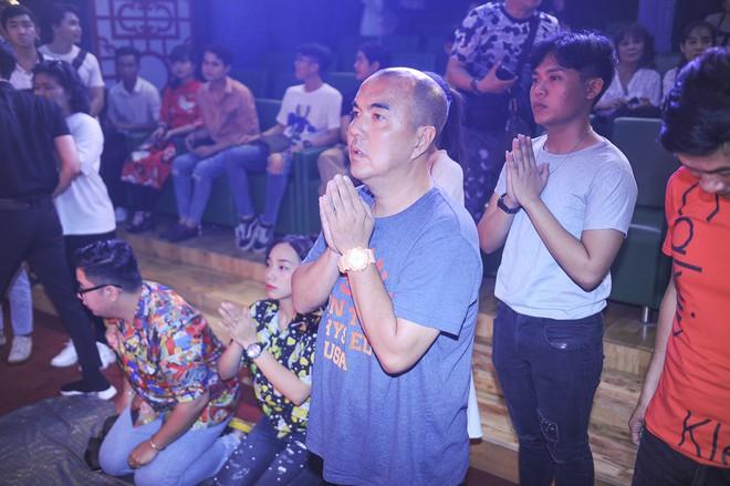 Bất ngờ với sự cẩn thận của Hoài Linh khi tới cúng Tổ ở sân khấu Minh Nhí - Ảnh 12.