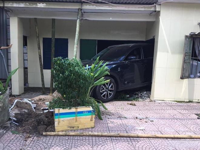 Người phụ nữ lùi ô tô mới cứng trúng nhà dân, nhóm đàn ông hốt hoảng chống cọc để tránh sập tường - ảnh 2
