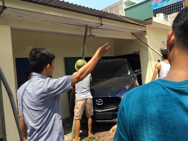 Người phụ nữ lùi ô tô mới cứng trúng nhà dân, nhóm đàn ông hốt hoảng chống cọc để tránh sập tường - ảnh 3