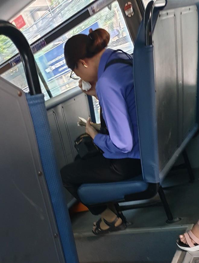 Nữ phụ xe ôm mặt khóc vì khách trốn 7 nghìn tiền vé - câu chuyện gây xôn xao MXH hôm nay - ảnh 1