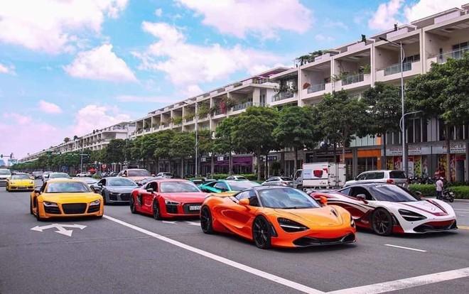 """Dân mạng """"hoảng hồn"""" với loạt siêu xe ở đâu xuất hiện ngập phố Sài Gòn, đến phải thốt lên: Quận 2 mà ngỡ Dubai bà con ơi - Ảnh 2."""