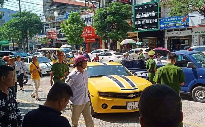 Danh tính chủ xe sang Camaro bị CSGT Quảng Ninh cầm súng AK chọc vỡ kính