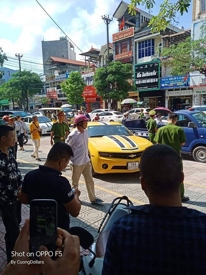 CSGT Quảng Ninh dùng súng chọc vỡ kính siêu xe Camaro có biển số cực độc - ảnh 1