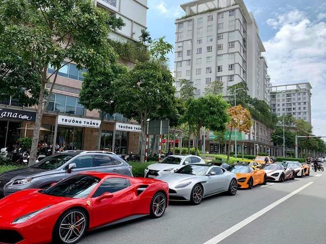 """Dân mạng """"hoảng hồn"""" với loạt siêu xe ở đâu xuất hiện ngập phố Sài Gòn, đến phải thốt lên: Quận 2 mà ngỡ Dubai bà con ơi - Ảnh 3."""