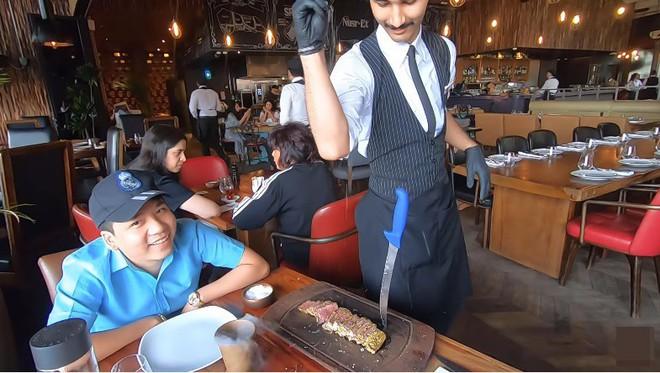 Khoa Pug chi tiền ăn món bò dát vàng của thánh rắc muối: Bít tết nướng cháy ăn đắng ngắt, thua xa cách làm của nhà hàng Việt - Ảnh 5.