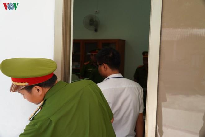 Ảnh: Công an khám xét phòng làm việc của Phó Chủ tịch TP Phan Thiết - Ảnh 5.