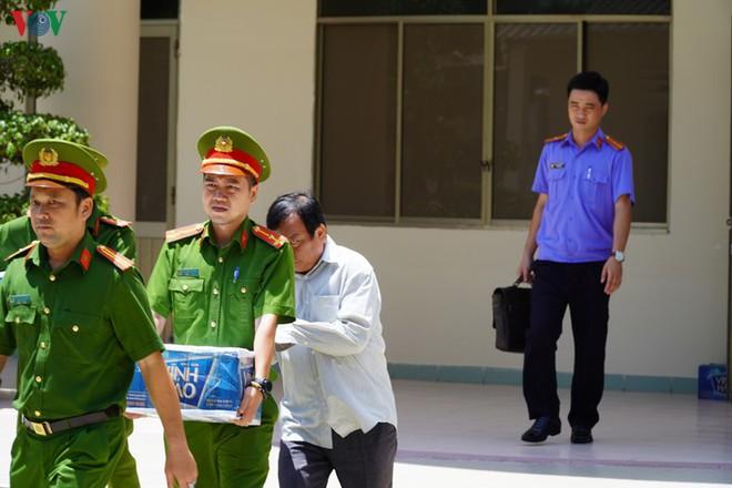Ảnh: Công an khám xét phòng làm việc của Phó Chủ tịch TP Phan Thiết - Ảnh 8.