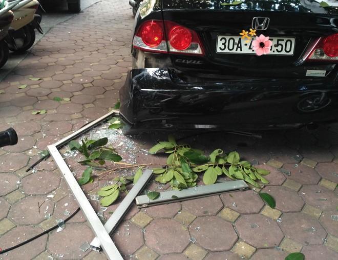Cửa kính ở chung cư bất ngờ rơi xuống sân, vỡ tan tành khiến nhiều người kinh hãi - Ảnh 1.