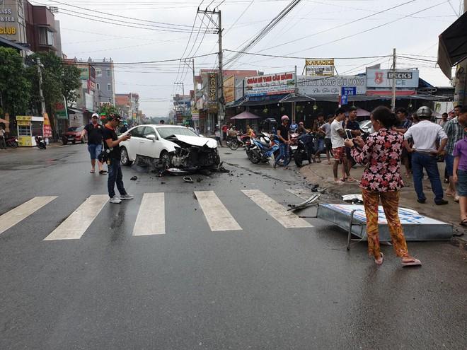 Mercedes và Lexus tông nhau nát đầu giữa ngã tư, tông sập tường tiệm thuốc tây trong khu dân cư - Ảnh 2.