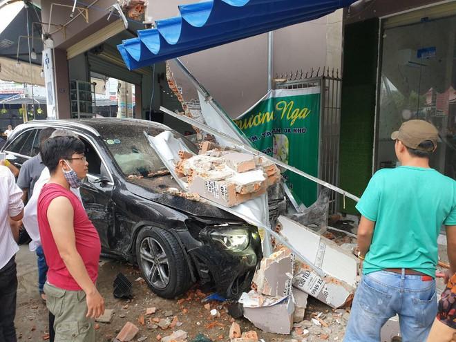 Mercedes và Lexus tông nhau nát đầu giữa ngã tư, tông sập tường tiệm thuốc tây trong khu dân cư - Ảnh 1.