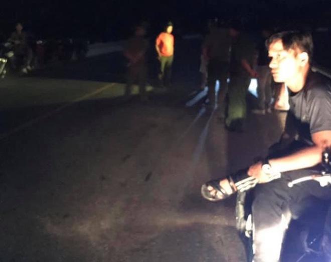 Đi ngang qua nhóm người ngồi uống rượu trên cầu, nam thanh niên bị đâm chết - Ảnh 1.