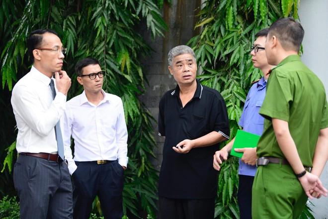 [CẬP NHẬT] Tài xế Doãn Quý Phiến đang thực nghiệm hiện trường vụ bé trai trường Gateway tử vong - Ảnh 9.