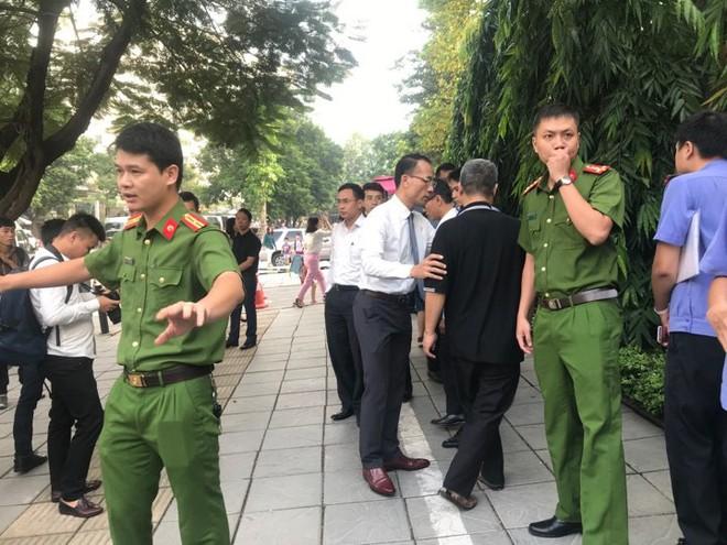 [CẬP NHẬT] Tài xế Doãn Quý Phiến đang thực nghiệm hiện trường vụ bé trai trường Gateway tử vong - Ảnh 6.