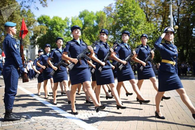 Cận cảnh các nữ học viên xinh xắn của hàng không quân sự Nga - Ảnh 1.