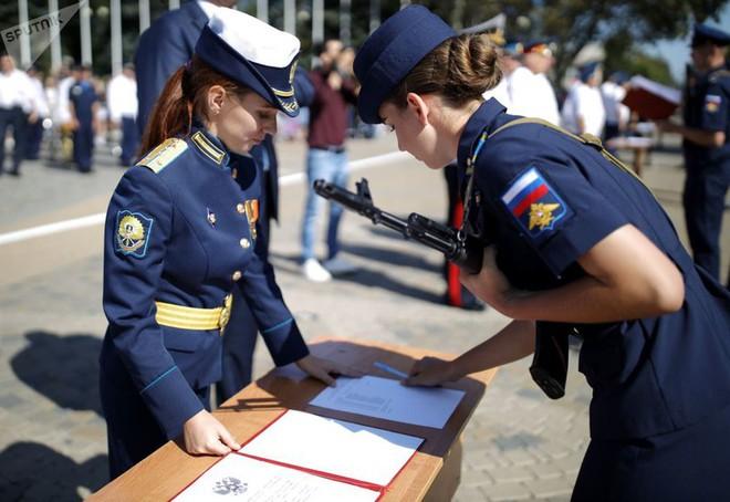Cận cảnh các nữ học viên xinh xắn của hàng không quân sự Nga - Ảnh 2.