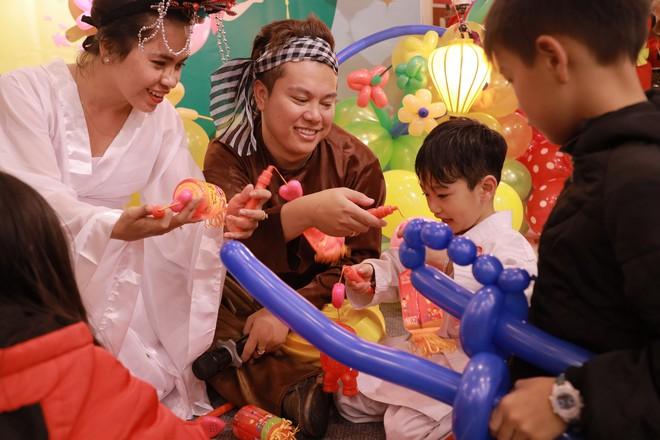 Các em nhỏ tại Đà Lạt hào hứng nhận quà Trung Thu từ chú Cuội, chị Hằng
