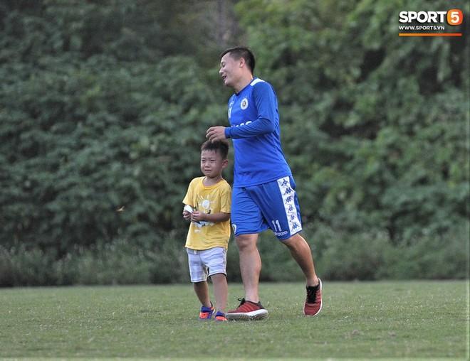 Con trai tiền vệ Thành Lương chiếm trọn spotlight ở sân tập bởi sự tinh nghịch, đáng yêu - Ảnh 11.