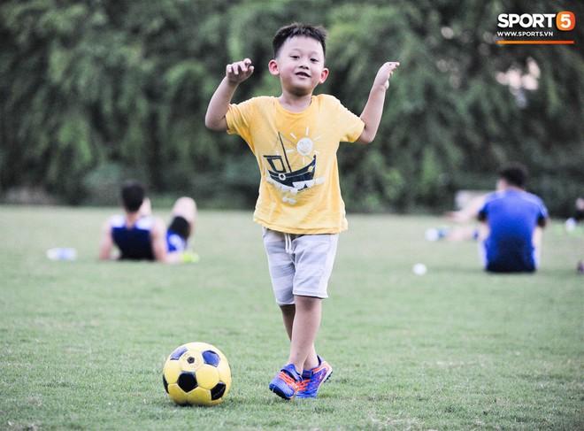 Con trai tiền vệ Thành Lương chiếm trọn spotlight ở sân tập bởi sự tinh nghịch, đáng yêu - Ảnh 3.