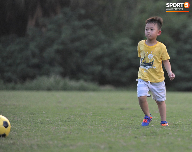 Con trai tiền vệ Thành Lương chiếm trọn spotlight ở sân tập bởi sự tinh nghịch, đáng yêu - Ảnh 5.
