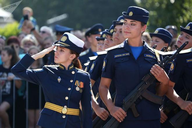 Cận cảnh các nữ học viên xinh xắn của hàng không quân sự Nga - Ảnh 6.