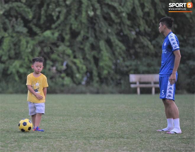 Con trai tiền vệ Thành Lương chiếm trọn spotlight ở sân tập bởi sự tinh nghịch, đáng yêu - Ảnh 10.