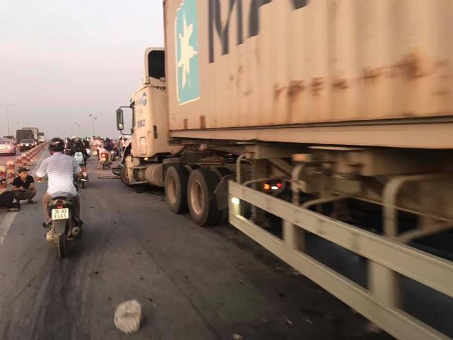 Hà Nội: Container tông hàng loạt xe máy, 1 người bay xuống sông Hồng - Ảnh 1.