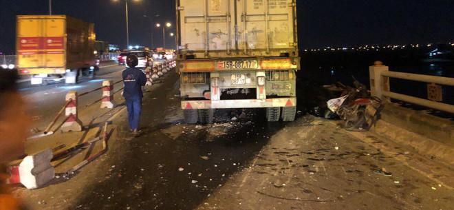 Hà Nội: Container tông hàng loạt xe máy, 1 người bay xuống sông Hồng - Ảnh 2.
