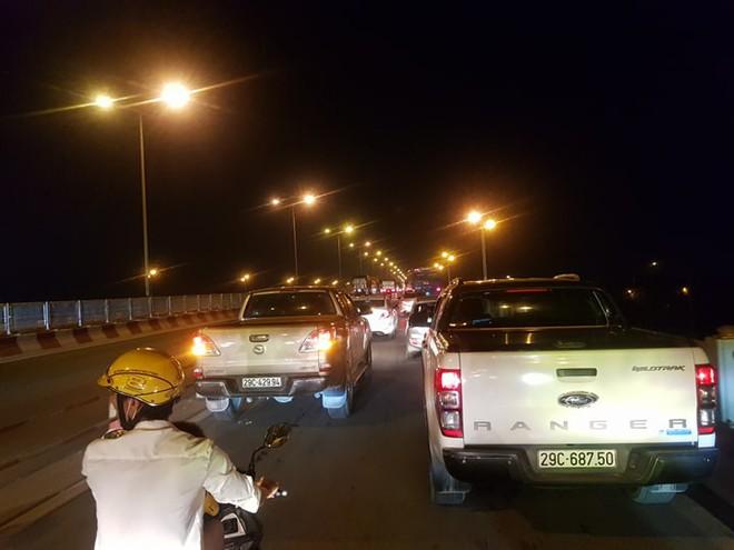 Hiện trường vụ tai nạn xe container tông hàng loạt xe máy, 1 người bay xuống sông Hồng - Ảnh 9.