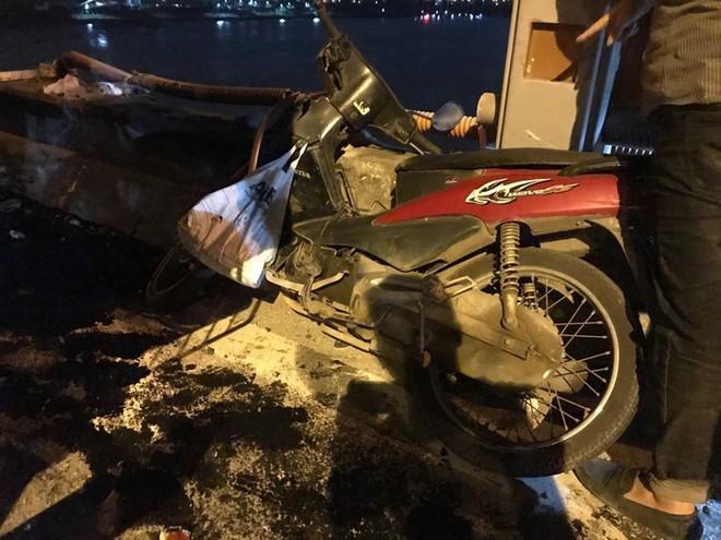 Hiện trường vụ tai nạn xe container tông hàng loạt xe máy, 1 người bay xuống sông Hồng - Ảnh 2.
