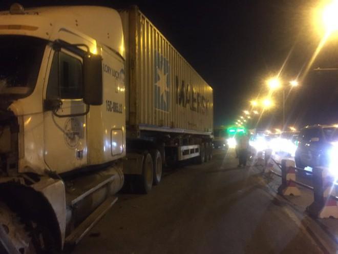 Hiện trường vụ tai nạn xe container tông hàng loạt xe máy, 1 người bay xuống sông Hồng - Ảnh 8.