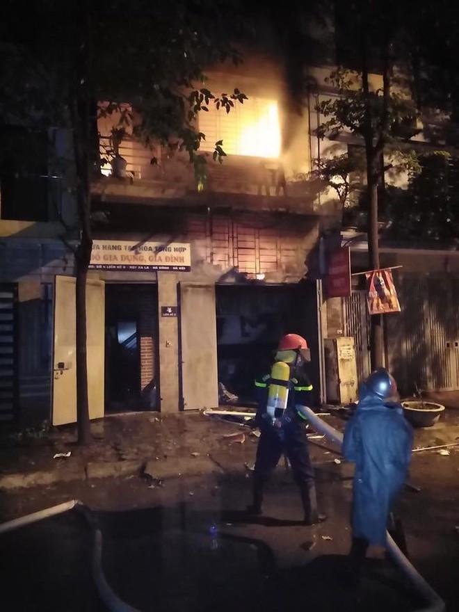 Cháy lớn tại ngôi nhà 3 tầng trong khu đô thị Xa La, gia đình 4 người thoát chết - Ảnh 1.