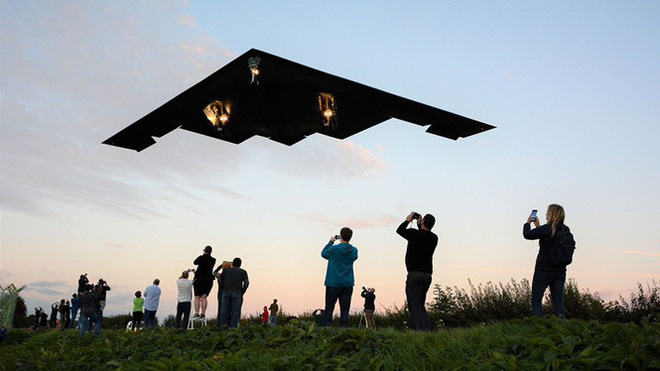 Siêu máy bay ném bom tàng hình Mỹ bay sát đầu người ở Anh - Ảnh 2.