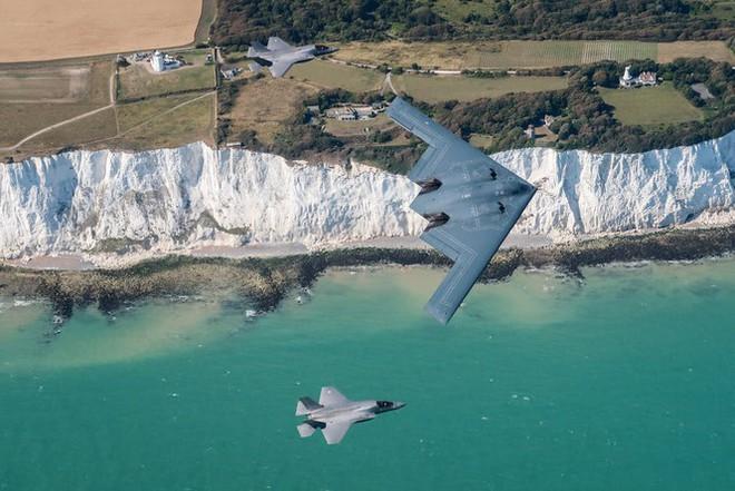Siêu máy bay ném bom tàng hình Mỹ bay sát đầu người ở Anh - Ảnh 4.