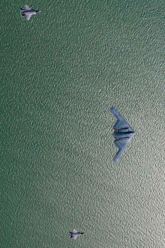 Siêu máy bay ném bom tàng hình Mỹ bay sát đầu người ở Anh - Ảnh 6.