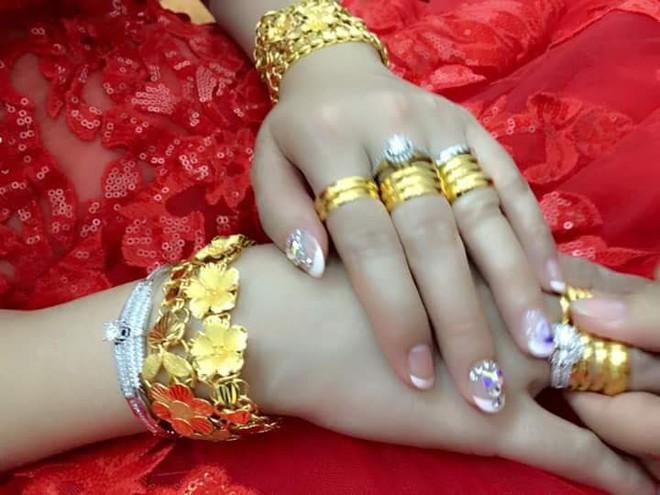 Cô dâu đeo vàng nặng trĩu ngày cưới khiến dân mạng trầm trồ, hoa mắt vì đếm hộ - ảnh 2
