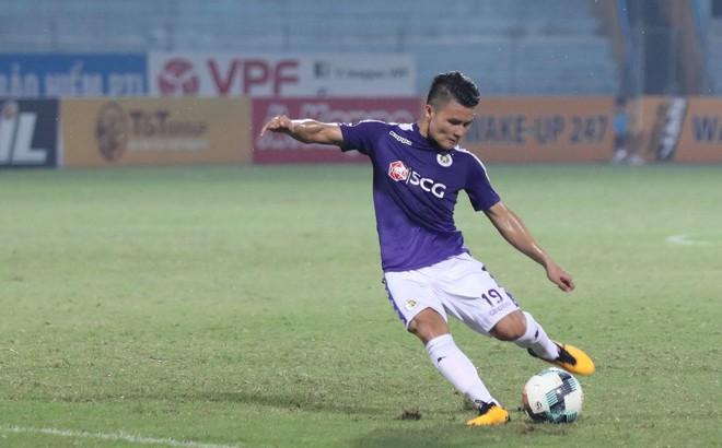 Quang Hải lập siêu phẩm đá phạt, Hà Nội FC chạm một tay vào chiếc cúp sau trận đấu kỳ lạ