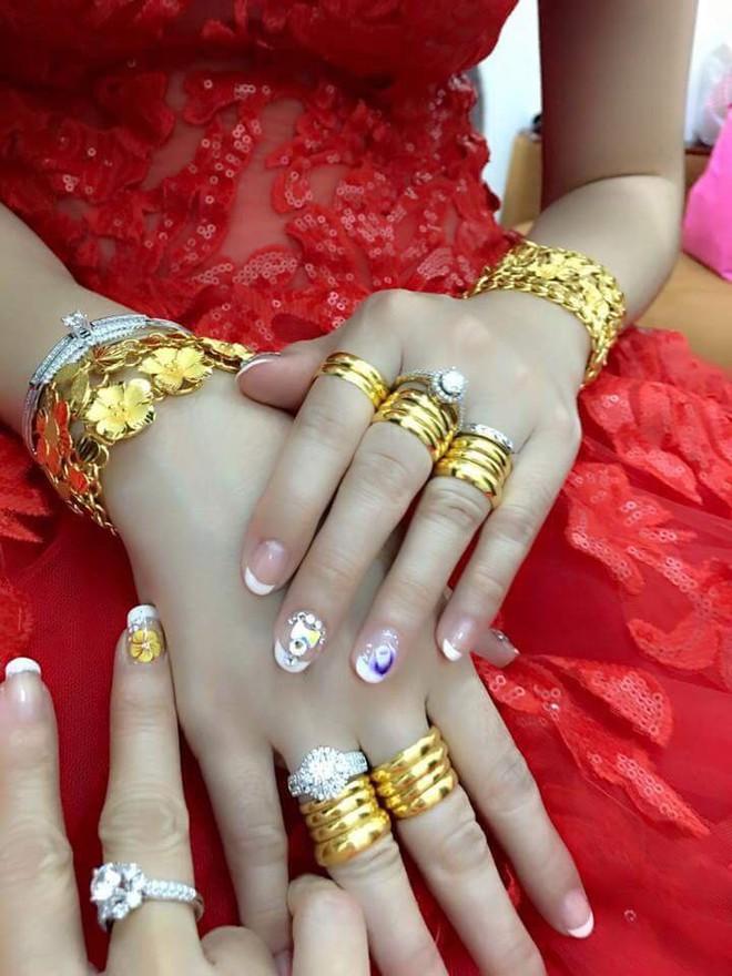 Cô dâu đeo vàng nặng trĩu ngày cưới khiến dân mạng trầm trồ, hoa mắt vì đếm hộ - ảnh 7