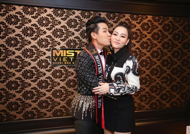 MC Nguyên Khang thoải mái ôm hôn Thu Minh khi hội ngộ - Ảnh 5.