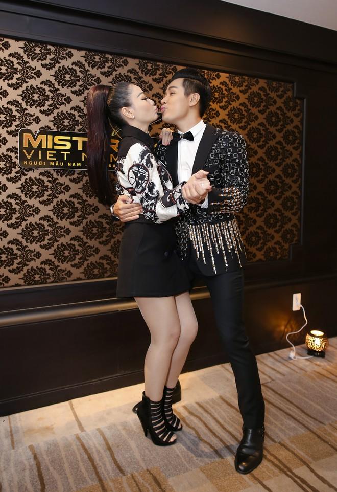 MC Nguyên Khang thoải mái ôm hôn Thu Minh khi hội ngộ - Ảnh 4.