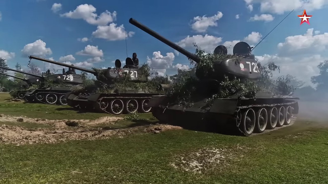 [ẢNH] Xe tăng T-34-85 Nga nhận lại từ Lào biểu diễn sức mạnh trên thao trường - Ảnh 1.