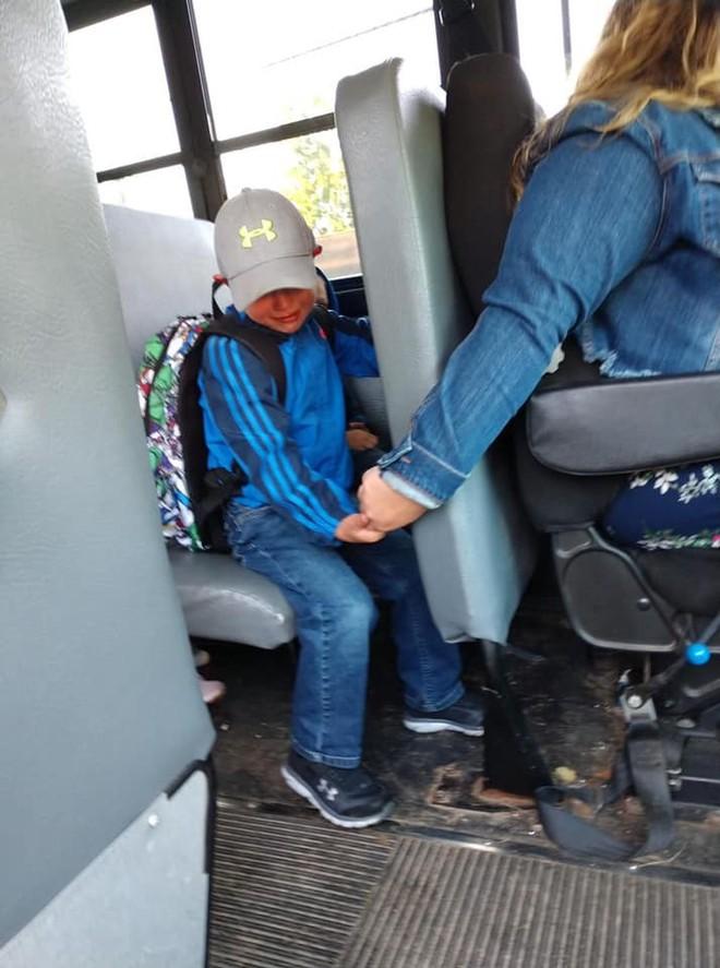 Bức ảnh chụp bé trai khóc sướt mướt ngày đầu tiên đi học và hành động của nữ tài xế được dân mạng lẫn cảnh sát khen ngợi hết lời - Ảnh 1.