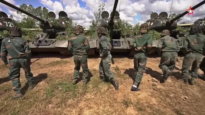 [ẢNH] Xe tăng T-34-85 Nga nhận lại từ Lào biểu diễn sức mạnh trên thao trường - Ảnh 3.