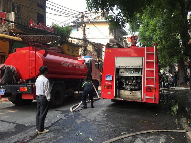 Cháy lớn cửa hàng trên đường La Thành, nhiều người nhảy xuống thoát thân  - Ảnh 3.